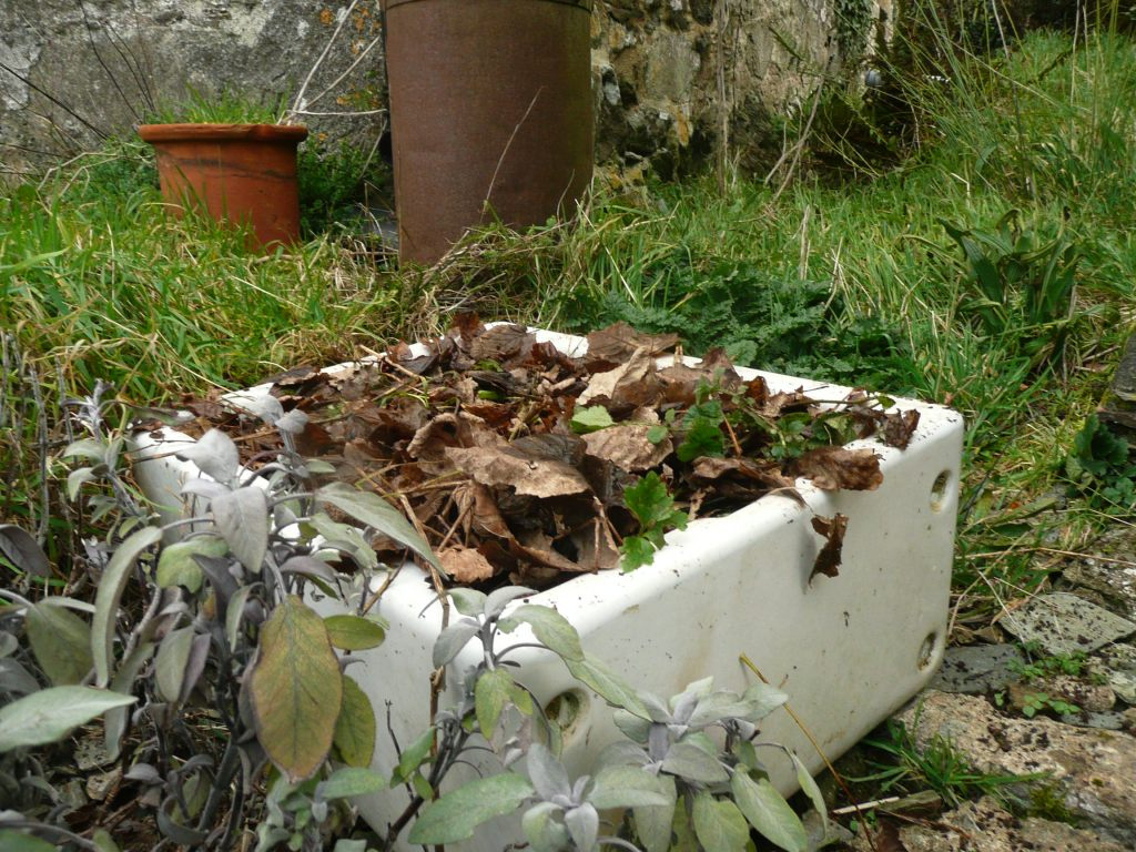 Belfast Sink as Plant Container   www.thinkingcowgirl.wordpress.comSink